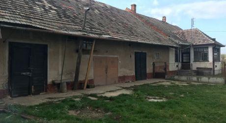 PREDAJ - 4 izbový rodinný dom na samote s veľkou maštalou v pôvodnom stave v Bátorových Kosihách