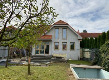 Predáme rozostavaný rodinný dom v Rusovciach v pôvodnej časti obce na Irkutskej ulici neďaleko kaštieľa.