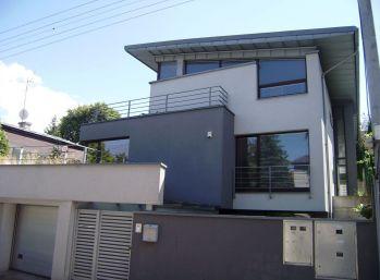 Predáme vilu na Kolibe s 2 bytovými jednotkami vo výbornom stave.
