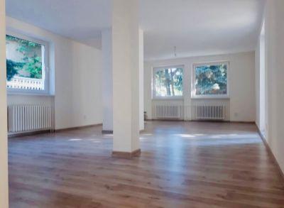 Ponúkame na predaj 4 izbový byt v dvojpodlažnom dome ( spodná časť domu ) o celkovej rozlohe 134,8 m2.K spodnej časti patrí záhradka okolo domu+ garáž.