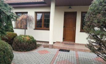 Luxusný rodinný dom - bungalov v okrajovej časti Topoľčian s veľkým pozemkom.