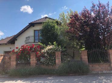 Ponúkame na predaj samostatne stojaci, nepodpivničený rodinný dom-zánovná novostavba na pozemku o výmere 800m2