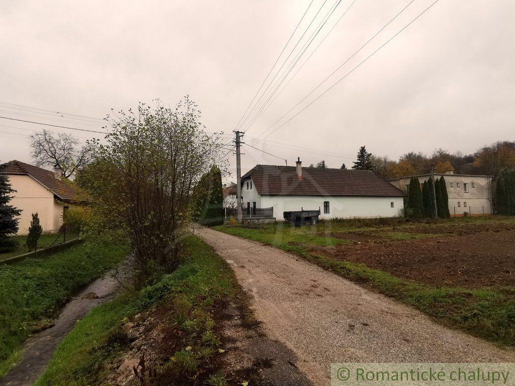 Chalupa s bezbariérovým prístupom v kľudnej časti obce Stará Myjava na rovinatom pozemku na predaj.