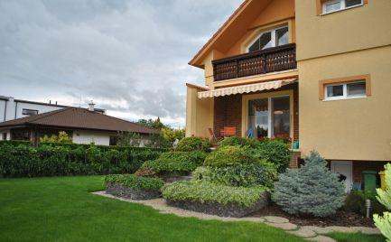 Ponúkame Exkluzívne na predaj nadštandardne zariadený, priestranný rodinný dom v Lehniciach.