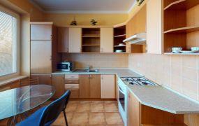 Na predaj veľký tehlový 2 izbový byt s balkónom - kompletná rekonštrukcia, zariadený, 55 m2, Dubnica nad Váhom - 105-bytovka.
