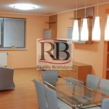 Na prenájom 3 izbový veľkometrážny byt na Bajkalskej ulici v Novom Meste