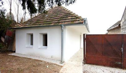 Exkluzívne v APEX reality útulný rodinný dom pre rekonštrukcii v Pečeňadoch, poz. 992 m2, všetky IS