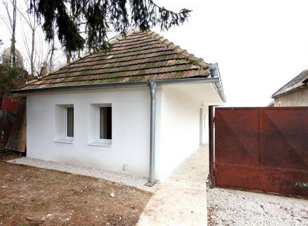 Exkluzívne v APEX reality útulný rodinný dom po kompletnej rekonštrukcii v Pečeňadoch, poz. 992 m2, všetky IS
