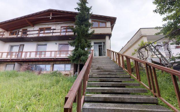 Rodinný dom /3 NP, pozemok 1070 m2/ Radošina