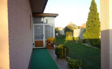 Ponúkame na predaj 2-izbový rodinný dom so sedlovou strechou, na 5,66á pozemku v obci Čenkovce, 25 km od Bratislavy.