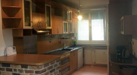 Len u nás v ponuke: Predaj 3 izbového bytu s predzáhradkou a 2 státiami na Podunajskej ulici v Podunaj.Biskupiciach
