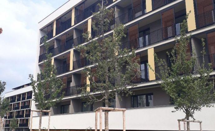 Moderný, účelne zariadený byt s veľkou loggiou, parkovacie miesto
