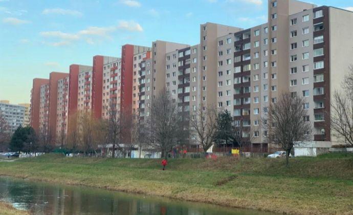 Najväčší 3 izbový byt na začiatku Petržalky, Lachova ulica - kompletne zrekonštruovaný a zariadený.