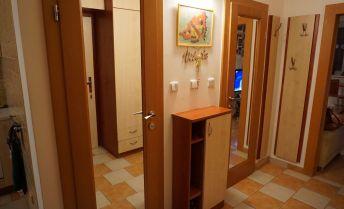 Krásny klimatizovaný, zrekonštruovaný byt v CENTRE mesta Topoľčany s loggiou a výhľadom na mesto!