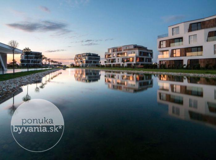 TRI VODY, pozemok, 411 m2 – bývanie ako na DOVOLENKE, kompletná občianska vybavenosť, KÚPALISKO