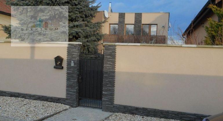 Rodinný dom - 5 izieb, možnosť aj dvojgeneračný v obci Jacovce neďaleko Topoľčian po kompletnej rekonštrukcii.