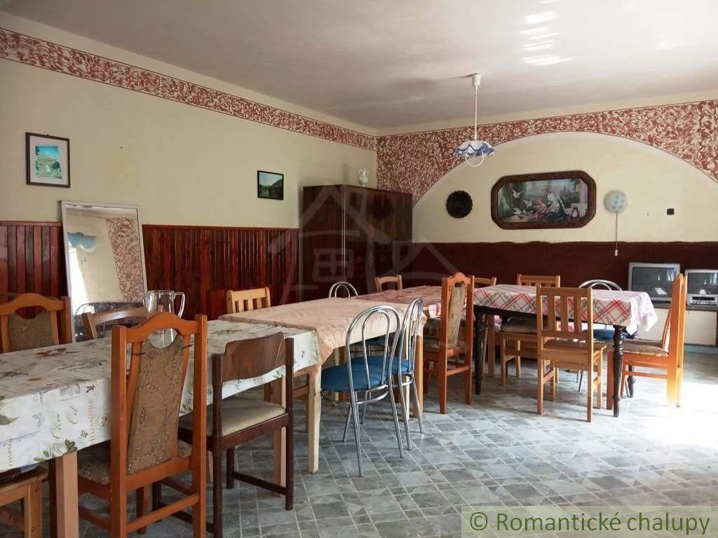 Viacúčelový  rodinný dom s letnou kuchynkou na veľkom pozemku v blízkosti Levíc