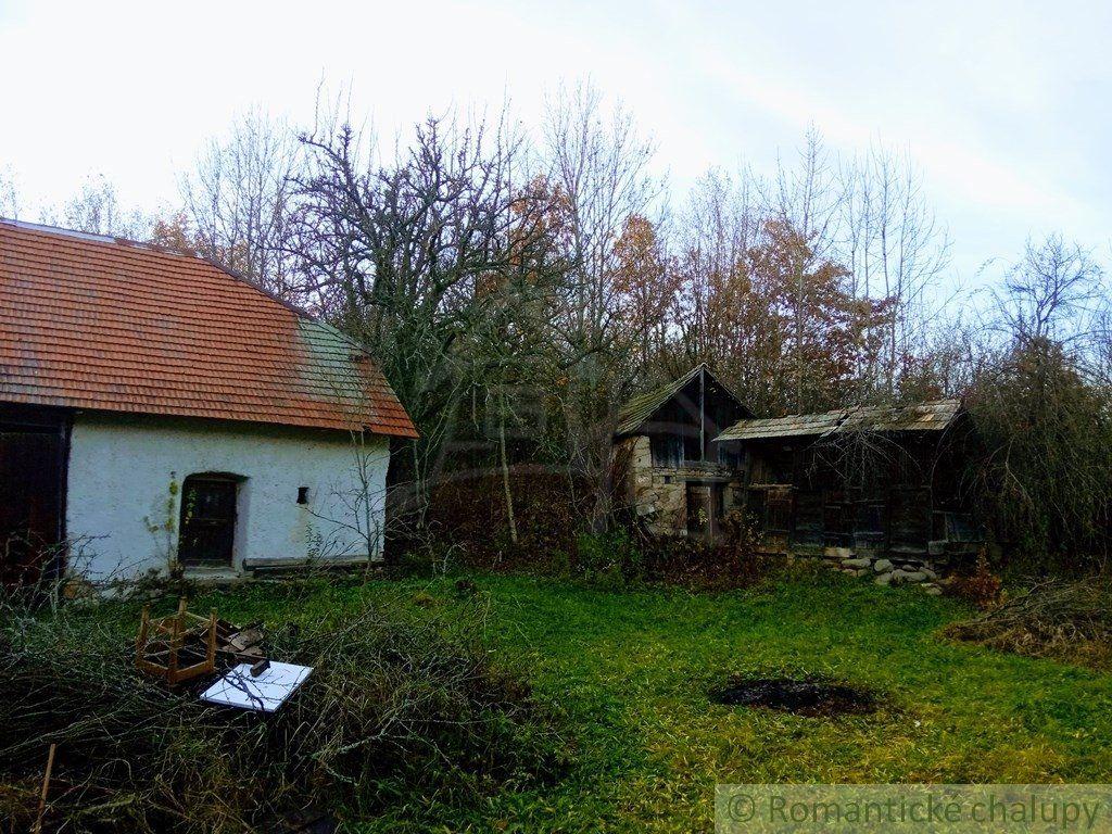Kamenná chalupa s veľkým nádvorím na okraji obce v malebnom prostredí východnej časti Krupinskej planiny