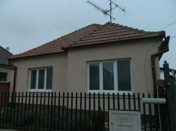 Exkluzívne predáme pekný rodinný dom s veľkým pozemkom v Šoporni
