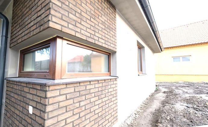 Očarujúci 5-izbový priestranný bungalov s klímou, krbom a závlahovým systémom v cene, neďaleko mesta Dunajská Streda