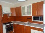 SENEC – NA PREDAJ kompletne zrekonštruovaný, plnohodnotný  3 izbový byt, s priestrannými izbami v samom centre mesta.