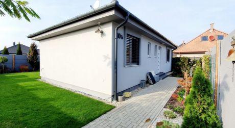 4 – izbový energeticky úsporný rodinný dom, obytná plocha 82 m2, pozemok 392 m2 - Rajka
