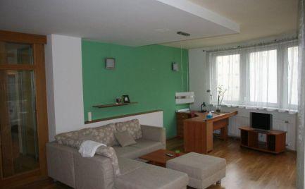 Ponúkame na prenájom zariadený 3-izbový byt /105m2/ s parkovaním byt na ulici Žilinská - Kyčerského v novostavbe NOVY DAX, Bratislava - Staré mesto/ We offer for rent 3rooms apartment on Žilinská str.