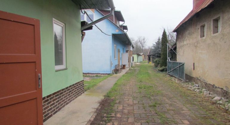 2 staršie domy na pozemku pri Trenčíne na predaj