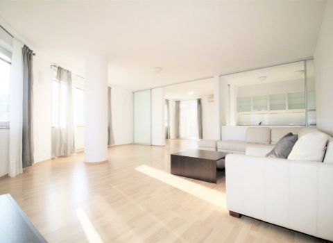 Na prenájom 4 izbový slnečný byt s dvoma kúpeľňami a garážovými státiami v Karlovej Vsi