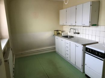 Na predaj 2 izbový  tehlový byt  v centre - pôvodný stav