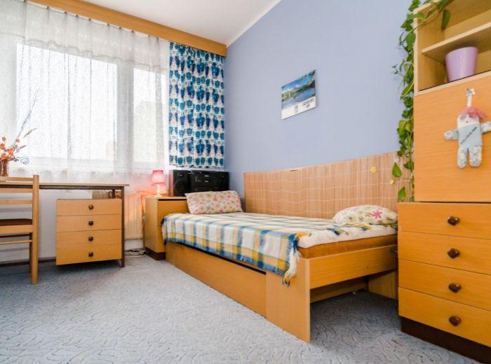 REZERVOVANÉ - HROBÁKOVA, 4-i byt, 93 m2 - PRI NÁMESTÍ HRANIČIAROV, zeleň, MHD 150 m od domu, ZREKONŠTRUOVANÝ dom