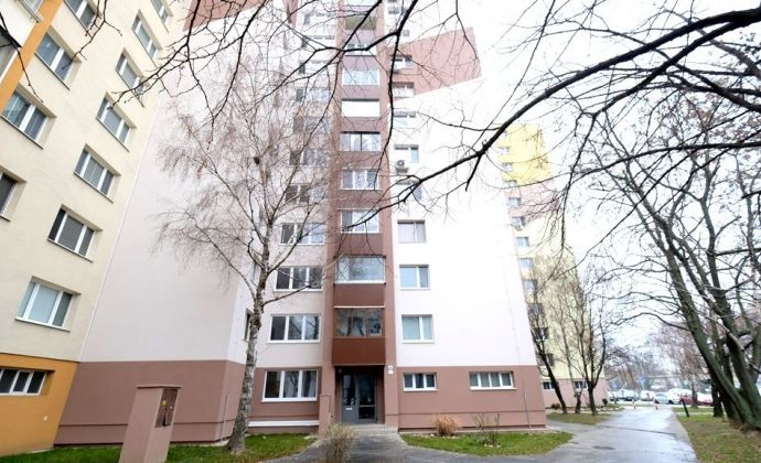 IBA U NÁS: Príjemný 4-izbový byt s lodžiou na začiatku Petržalky - Pečnianska ul.