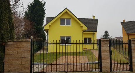 Kuchárek-real: Pekný dom na tichej bočnej ulici.