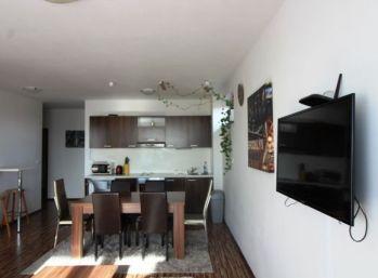 Na predaj 3-izbový apartmán s terasou a vlastným pozemkom