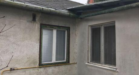 LEN U NÁS! PREDAJ - 2 izbový menší rodinný dom v pôvodnom stave v Komárne