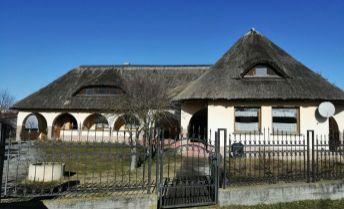 Neštandardný dom so slamenou strechou na 35 á pozemku