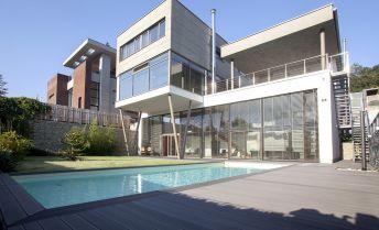 Moderná 6izb vila s bazénom pod lesom v Bratislava-Karlova Ves