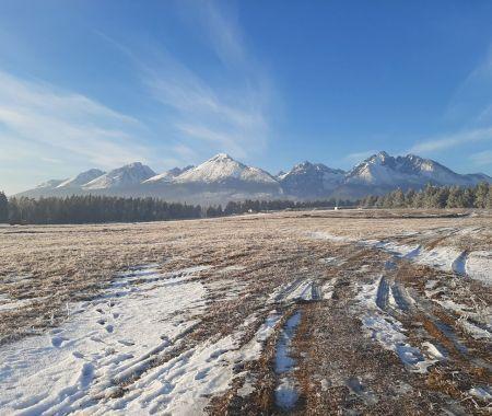 Stavebný pozemok 5 km od Popradu, 3 km do Vysokých Tatier, 84€/m2, 734m2