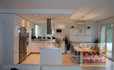 D+V real ponúka na predaj: rodinný dom, Stupava, novostavba, tichá lokalita pri lese, veľký pozemok, parkovanie, vonkajší bazén, moderný