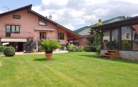 IBA U NÁS ponúkame na predaj 7-izbový rodinný dom v obci Selec. Dom je postavený na pozemku o rozlohe 1669 m2.