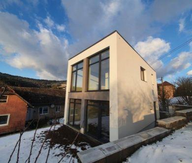 Exkluzívne iba u nás! Ponúkame na predaj novostavbu rodinného domu v obci Zádubnie.