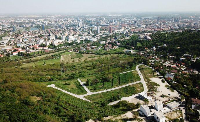 Slnečný stavebný pozemok s výhľadom, voda, kanalizácia, elektrina, optika, 750 m2, BA Vinohrady
