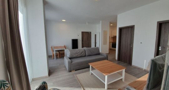 KRÁSNY ZARIADENÝ 2 izbový BYT s parkovacím miestom V SENCI na pešej zóne, Lichnerova ul.
