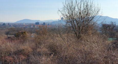 Štúrovo - veľký pozemok s chatkou a pekným výhľadom.