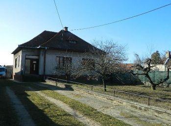 EXKLUZÍVNE predáme 3-izb. rodinný dom na väčšom pozemku v Šintave