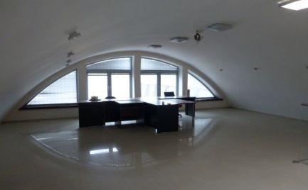 Reprezentatívna administratívno-skladová budova s bytovou jednotkou.