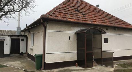 PREDAJ - 2 izbový rodinný dom + 1 izbový hosťovský dom v Patinciach
