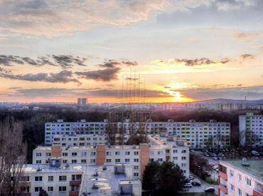 PREDAJ - 3 izbový byt na ulici Mamateyova s krásnym výhľadom v tesnej blízkosti lesa
