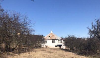 Rozľahlý pozemok s rodinným domom v obci Poloma