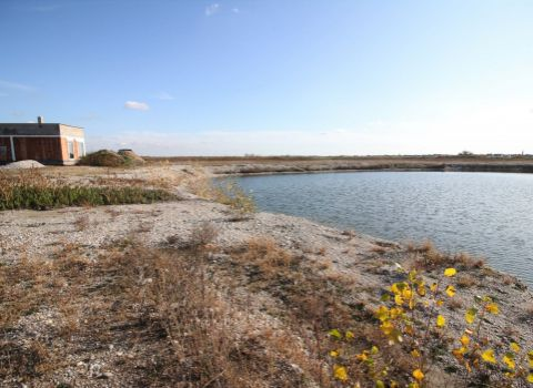 REZERVOVANÝ - Na predaj stavebný pozemok 420 m2 s prístupom na súkromnú pláž